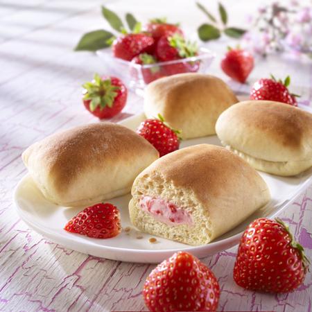 Süße gefüllte Brötchen mit Erdbeer